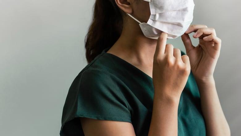 الكمامة قد تسبب تهيج الجلد وانسداد المسام.. 5 نصائح للعناية ببشرة وجهك