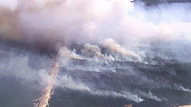 نيران تلتهم نصف بلدة سياحية وفرق الإطفاء في أستراليا تحاول إنقاذ البقية