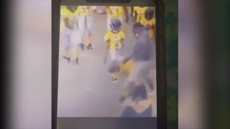 بالفيديو.. مدرب يضرب طفل أثناء تدريب ويسقطه أرضاً