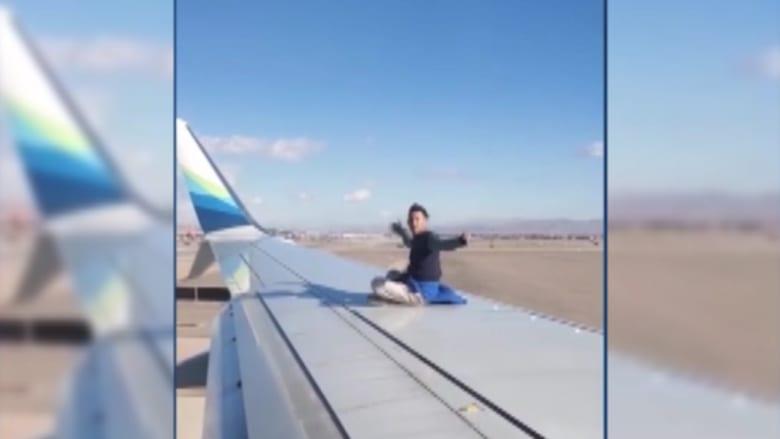 أراد السفر.. فصعد على جناح طائرة قبل إقلاعها