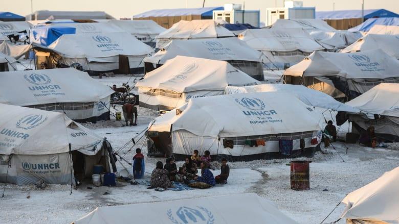 نازحون سوريون فروا من الريف المحيط بمدينة الرقة معقل تنظيم داعش، يتناولون العشاء في مخيم مؤقت بقرية عين عيسى