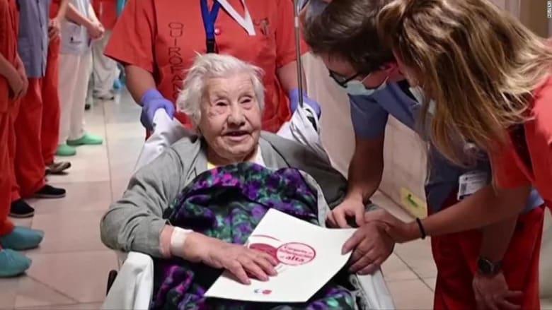 شاهد لحظة احتفال بمستشفى بعد تعافي امرأة عمرها 104 أعوام من كورونا