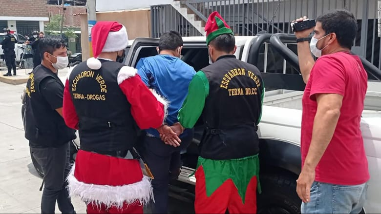 """لحظة قبض """"بابا نويل"""" وقزم العيد على مجموعة من تجار مخدرات في بيرو"""