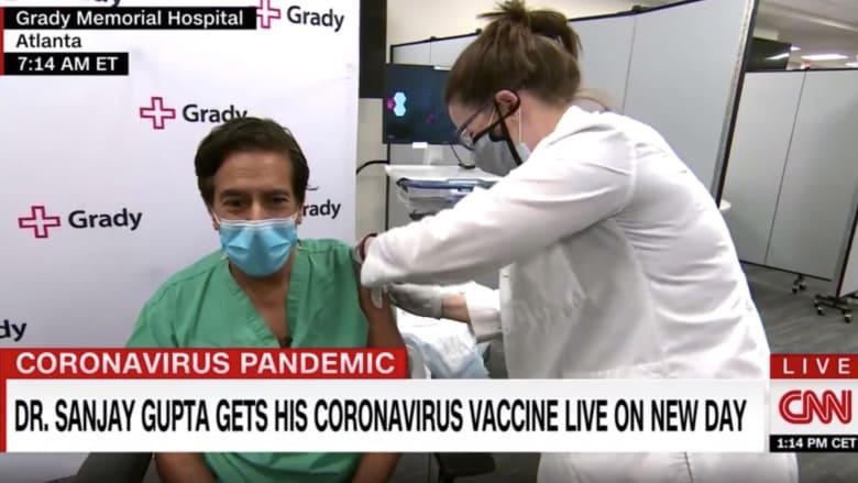 شاهد لحظة تلقي مذيع CNN لقاح كورونا على الهواء