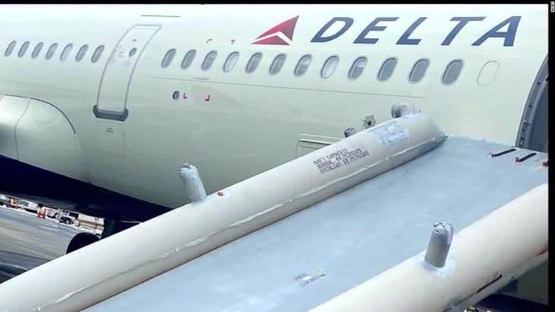 شاهد.. راكب ينزلق عبر مخرج طوارئ طائرة تندفع بسرعة على المدرج.. ماذا حدث؟