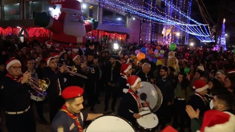 مشاهد من الاحتفالات وإضاءة شجرة عيد الميلاد في مدينة القامشلي