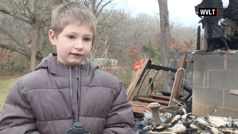 عمره 7 أعوام.. طفل يقفز إلى داخل منزله المحترق وينقذ أخته الرضيعة