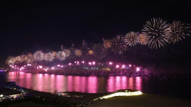 من أبوظبي إلى دبي.. الإمارات تستقبل العام الجديد 2021 بعروض نارية ضخمة  
