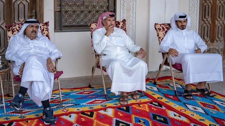 حمد بن جاسم (وسط) مع والد أمير قطر (يسار) وشقيق أمير قطر