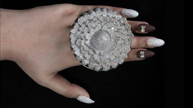 خاتم مرصع بأكثر من 12 ألف ماسة يكسر رقماً قياسياً في موسوعة غينيس