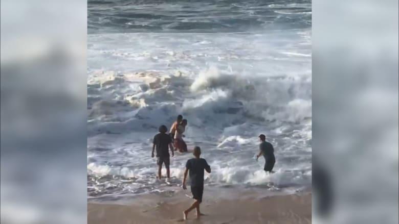 شاب جريء يغامر بحياته وينقذ سيدة من ابتلاع أمواج عاتية لها