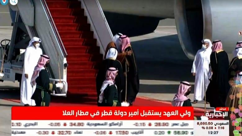 شاهد.. محمد بن سلمان يعانق تميم بن حمد أثناء استقباله في العلا