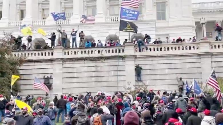 شاهد أنصار ترامب وهم يتسلقون جدران مبنى الكونغرس