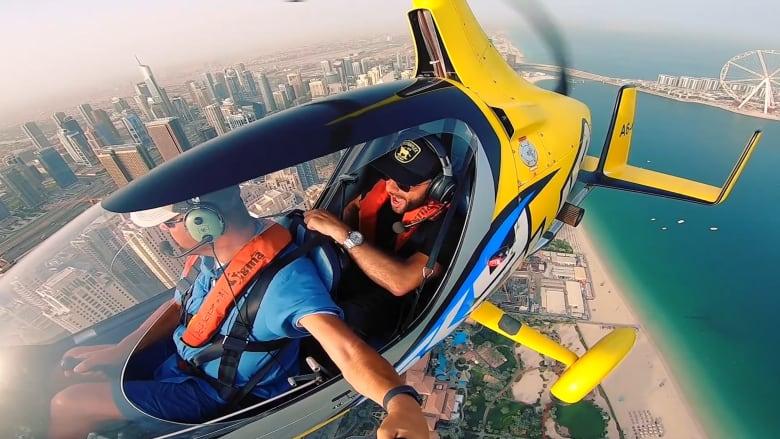 على متن طائرة جايروكوبتر.. طريقة جديدة لرؤية دبي من السحاب