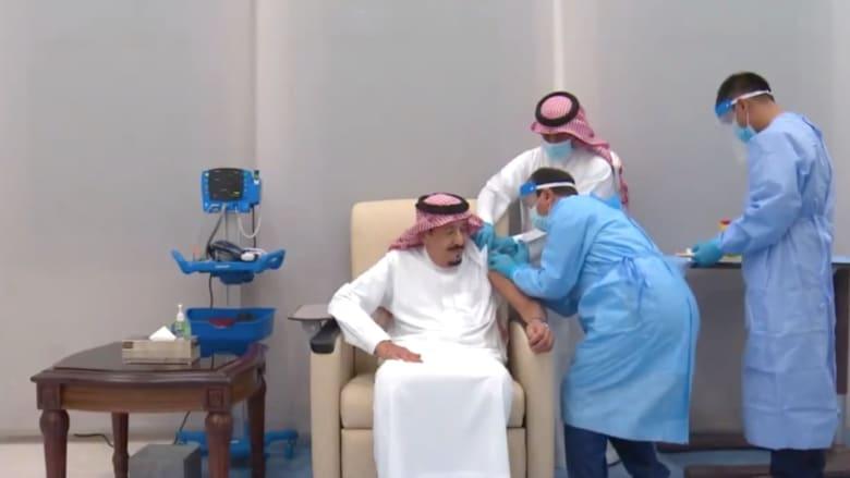شاهد لحظة تلقي العاهل السعودي للجرعة الأولى من لقاح فايزر - بيونتيك