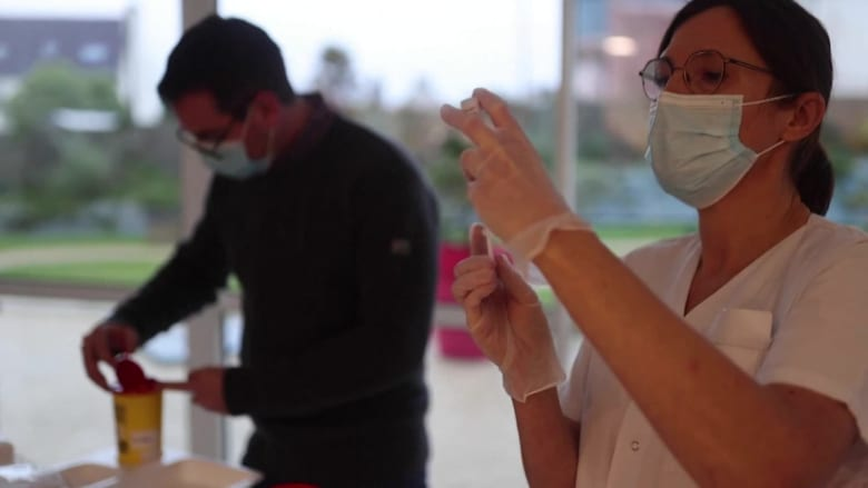 وسط تزايد أعداد حالات الإصابة بالفيروس والخمول الاقتصادي.. هناك إحباط في أوروبا بسبب وتيرة طرح لقاح لفيروس كورونا