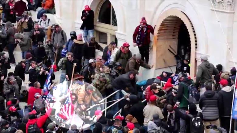 فيديو مروع يُظهر مثيري شغب يجرون ضابط شرطة على درجات الكونغرس