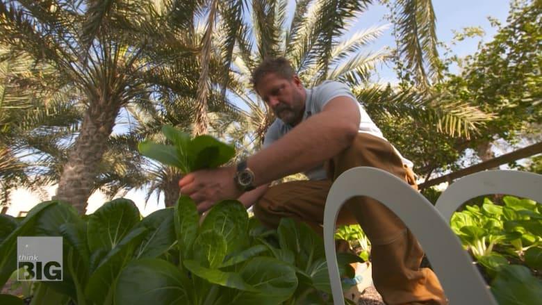 هذا الرجل في دبي ينتج ويستهلك ويعيد تدوير كامل طعامه في المكان ذاته
