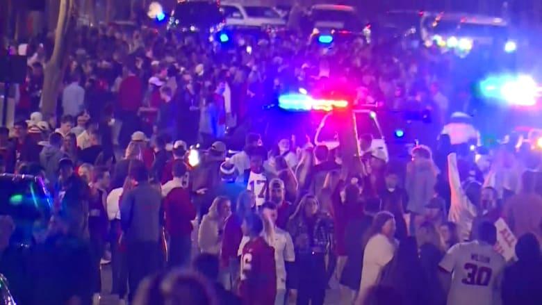 رغم ارتفاع إصابات كورونا بأمريكا.. فيديو يظهر احتفال حشد ضخم دون كمامات أو تباعد