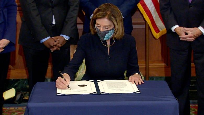 لحظة توقيع بيلوسي على مواد عزل ترامب للمرة الثانية