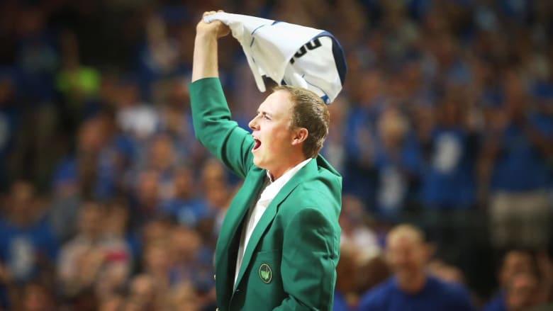 """أبطال """"الماسترز"""" السابقون في لعبة الغولف يشرحون معنى ارتداء السترة الخضراء الشهيرة"""