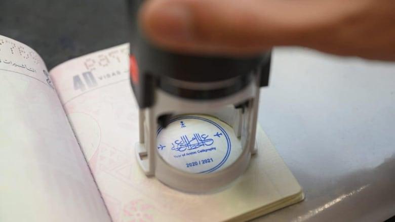 بخط الثلث غير المنقوط.. هكذا يزين الخط العربي الجوازات المسافرين بالسعودية