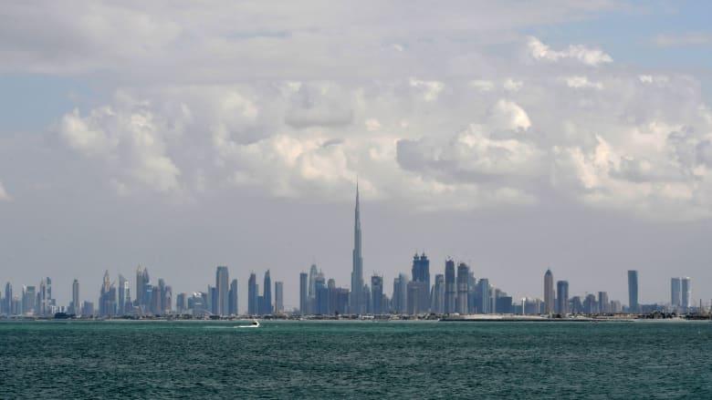 ولي عهد دبي ينشر صور ناطحات سحاب المدينة وسط الضباب