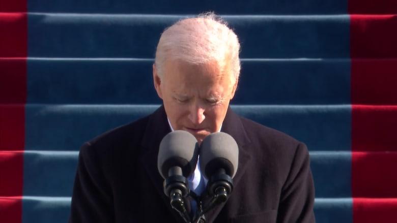 شاهد.. الرئيس الأمريكي جو بايدن يطلب وقوف دقيقة صمت من أجل ضحايا فيروس كورونا في أمريكا