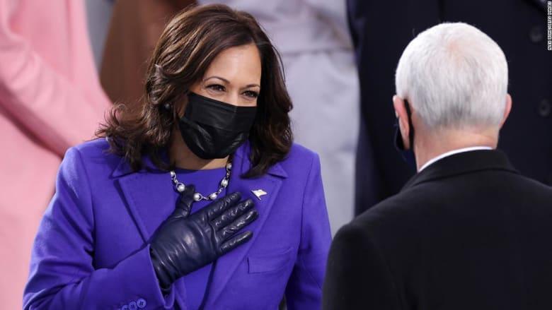 لماذا ارتدت كامالا هاريس اللون البنفسجي خلال مراسم التنصيب؟