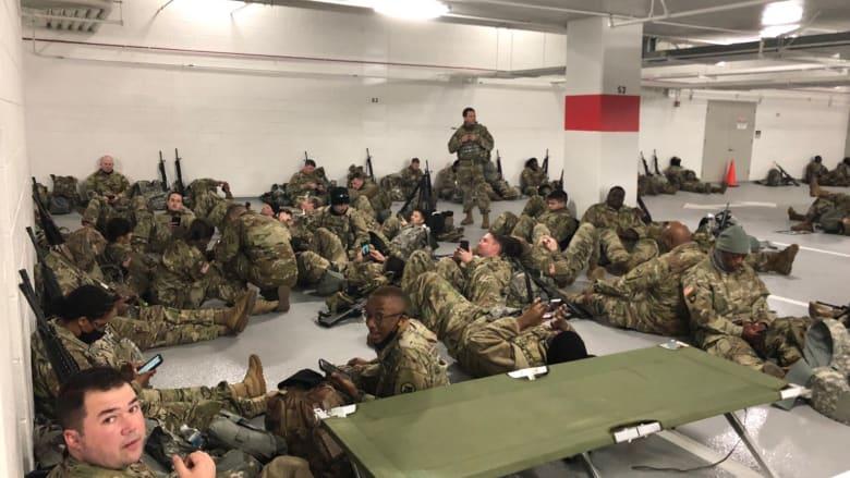 بمساحة ضيقة.. صور تظهر حشر أفراد الحرس الوطني داخل مرآب سيارات بأمريكا