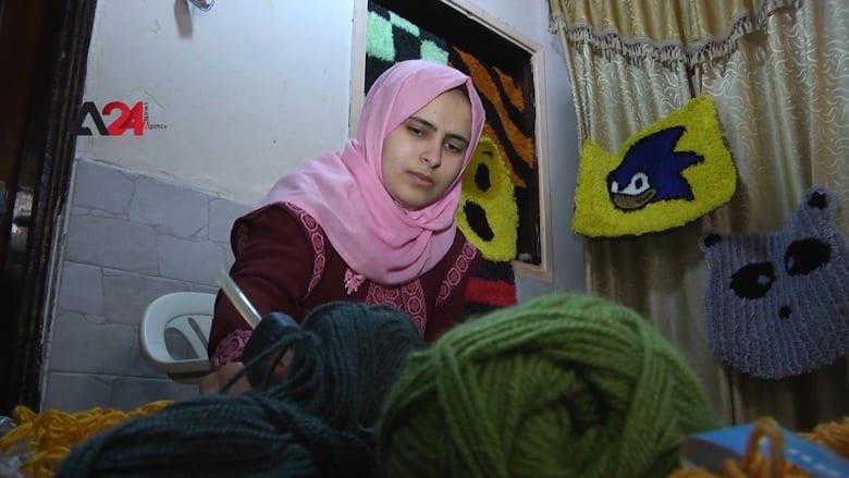 شاهد.. فلسطينية تصنع السجّاد اليدوي لتدرس الطب
