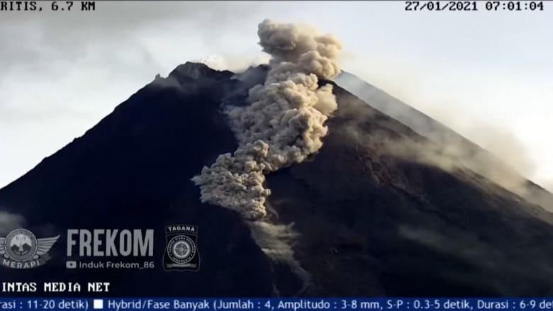 قتل أكثر من 300 في آخر مرة.. بركان ميرابي الأندونيسي يثور من جديد