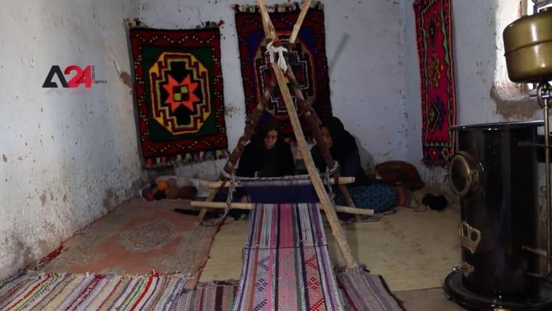 رميلان.. شقيقتان تحاولان منع مهنة حياكة السجاد التراثي من الاندثار بسوريا