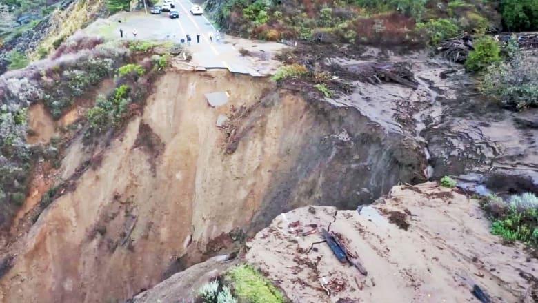 شاهد إنهيار جزء ضخم من طريق كاليفورنيا السريع في مياه المحيط جراء عاصفة