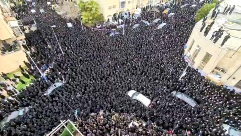 آلاف اليهود يشيعون جنازتين لحاخامين في القدس بدون مسافة تباعد ولا كمامات