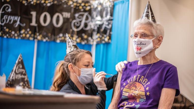 مسنّة بعمر 100 عام تحصل على جرعتها الثانية من لقاح كورونا كهدية في يوم ميلادها