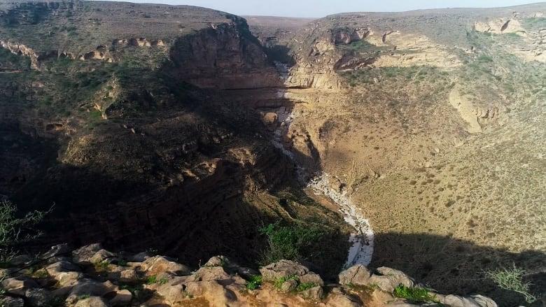 حفرة إذابة طيق في هضبة جبل سمحان في سلطنة عمان