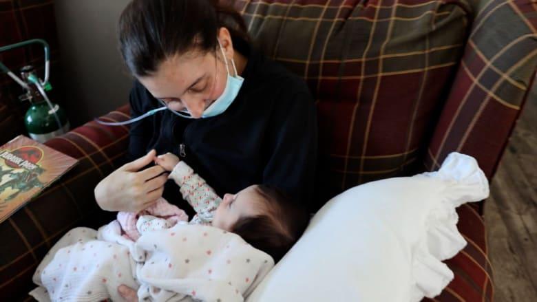 """شاهد لقاء """"الأم المعجزة"""" بطفلتها أخيرا بعد إنجابها وهي في غيبوبة"""
