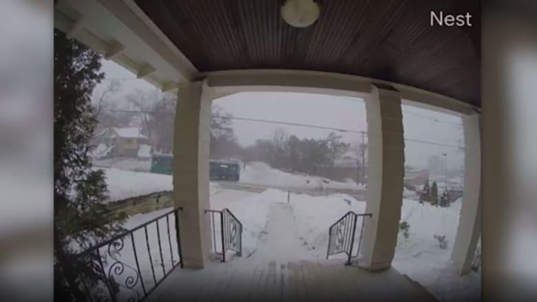 قبل اصطدامها بلحظات.. كاميرا مراقبة ترصد ما حدث لحافلة ركاب مسرعة على طريق جليدي