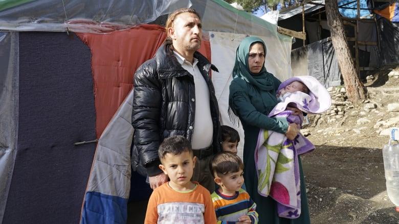 أطفالهم يحاولون الانتحار هرباً من قسوة العيش.. هذه أوضاع اللاجئين في مخيّمات اليونان