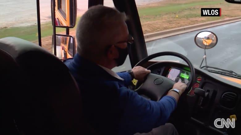 مدير مدرسة يقود حافلة طلابه ويوصلهم إلى منازلهم.. ما السر؟