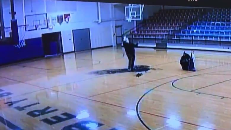 حارس مدرسة يلقى رواجاً على الإنترنت بعد إحرازه كرة سلة من منتصف الملعب.. شاهد تسديدته