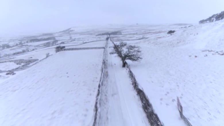 """لقطات درون.. تُظهر كثافة الثلوج المتساقطة في يوركشاير جراء عاصفة """"دارسي"""" في إنجلترا"""
