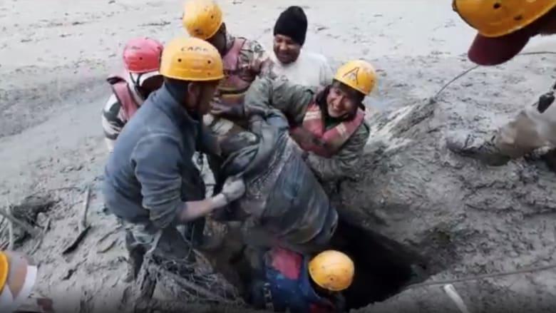 كاميرا CNN ترصد لحظة انتشال رجل على قيد الحياة دفن لأيام جراء انهيار جليدي