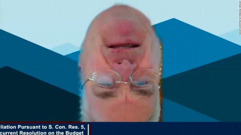 نائب جمهوري يتعرض لموقف محرج يثير ضحك الحضور خلال اجتماع افتراضي