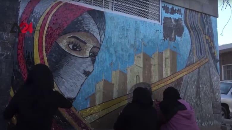 طالبات يمنيات في جامعة تعز يرسمن جدارية من بقايا الزجاج