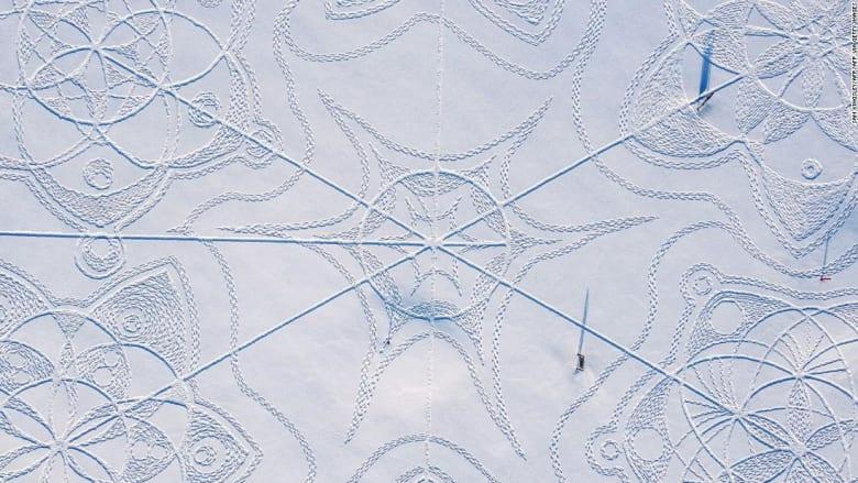 بأحذية تزلج.. شاهد كيف نقش هذا الرسم العملاق على الثلج