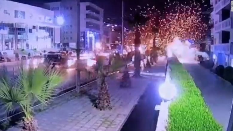 شاهد لحظة سقوط صاروخ وانفجاره في شارع مزدحم في أربيل