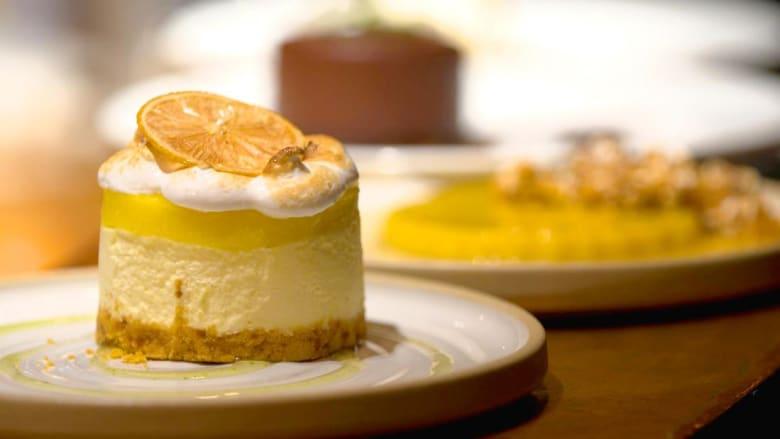 شاهد كيف حول هؤلاء الطهاة كعكا تقليديا الى حلوى أنيقة