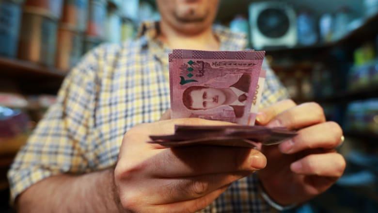 صورة ارشيفية لرجل يحصي أوراقا من فئة 200 ليرة سورية